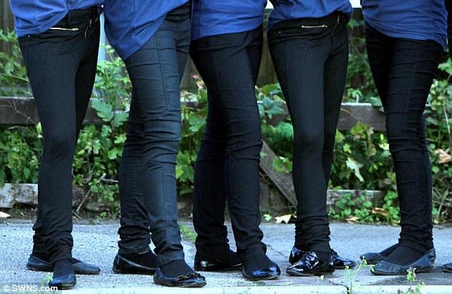 Nam sinh bị cấm mặc quần ôm tới trường 1