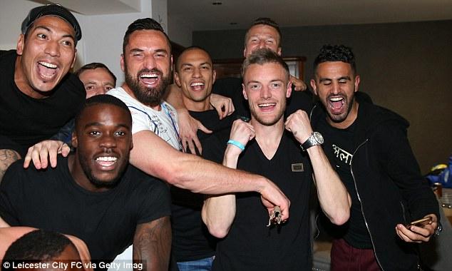 Cảm xúc thăng hoa của các cầu thủ Leicester City khi vô địch sớm 1