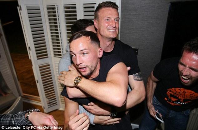 Cảm xúc thăng hoa của các cầu thủ Leicester City khi vô địch sớm 3