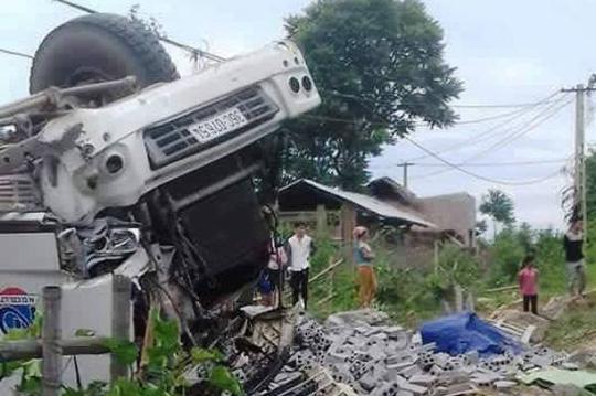 Xe tải lật ngửa, 3 người chết, 7 người bị thương 1