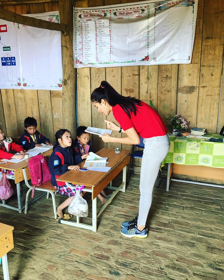 Phạm Hương dạy tiếng Việt cho trẻ em dân tộc 5