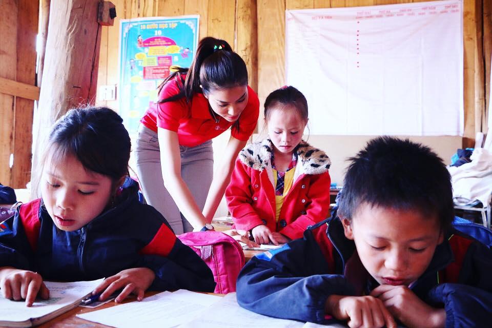 Phạm Hương dạy tiếng Việt cho trẻ em dân tộc 3