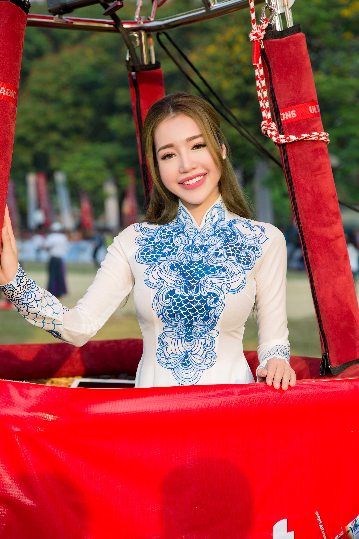 Elly Trần hút ánh nhìn khi khoe dáng với áo dài tại Huế 4