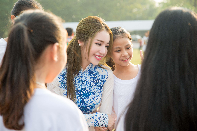 Elly Trần hút ánh nhìn khi khoe dáng với áo dài tại Huế 5
