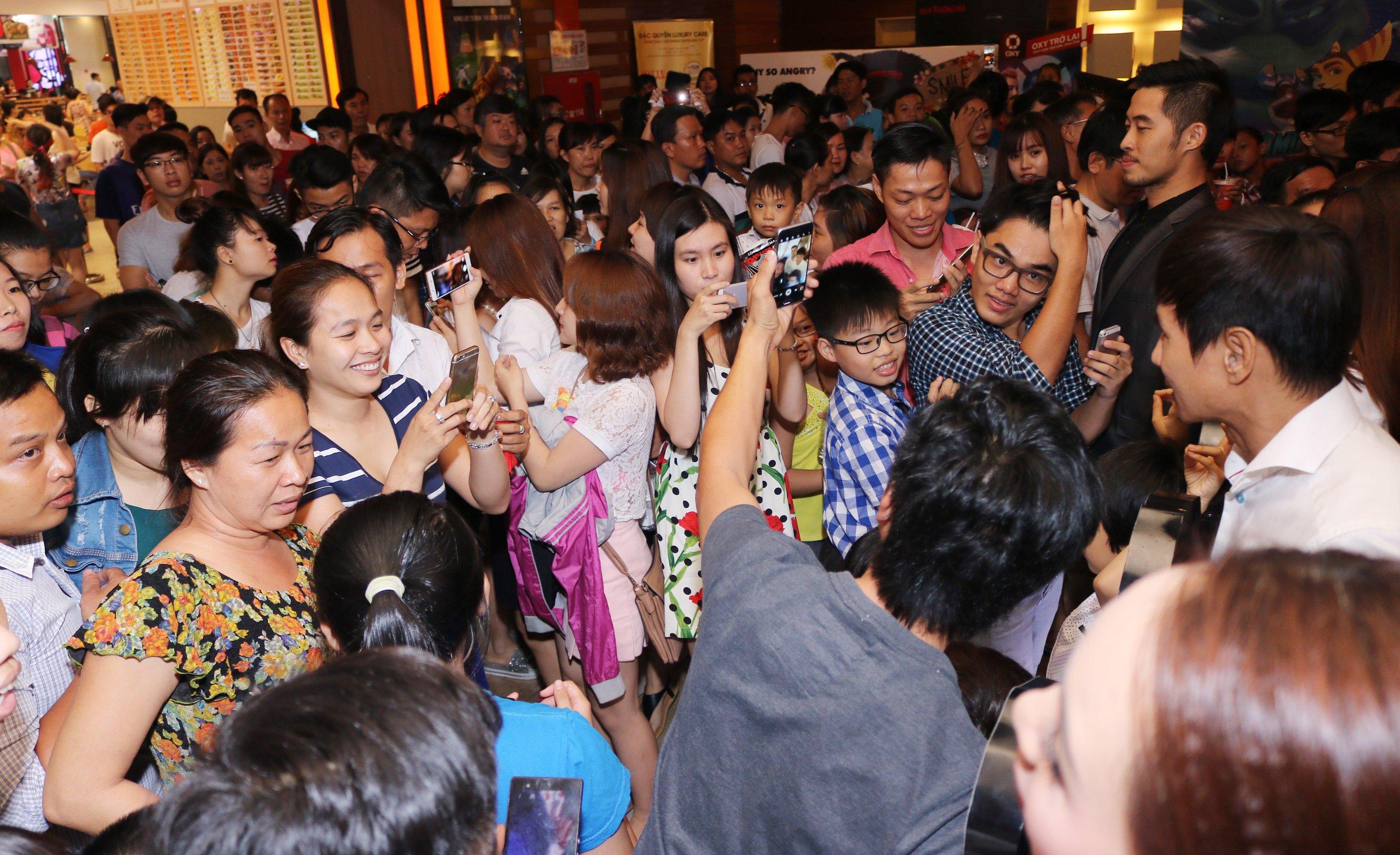 Fan chen chúc đi xem phim Lật Mặt 2 của Lý Hải 5