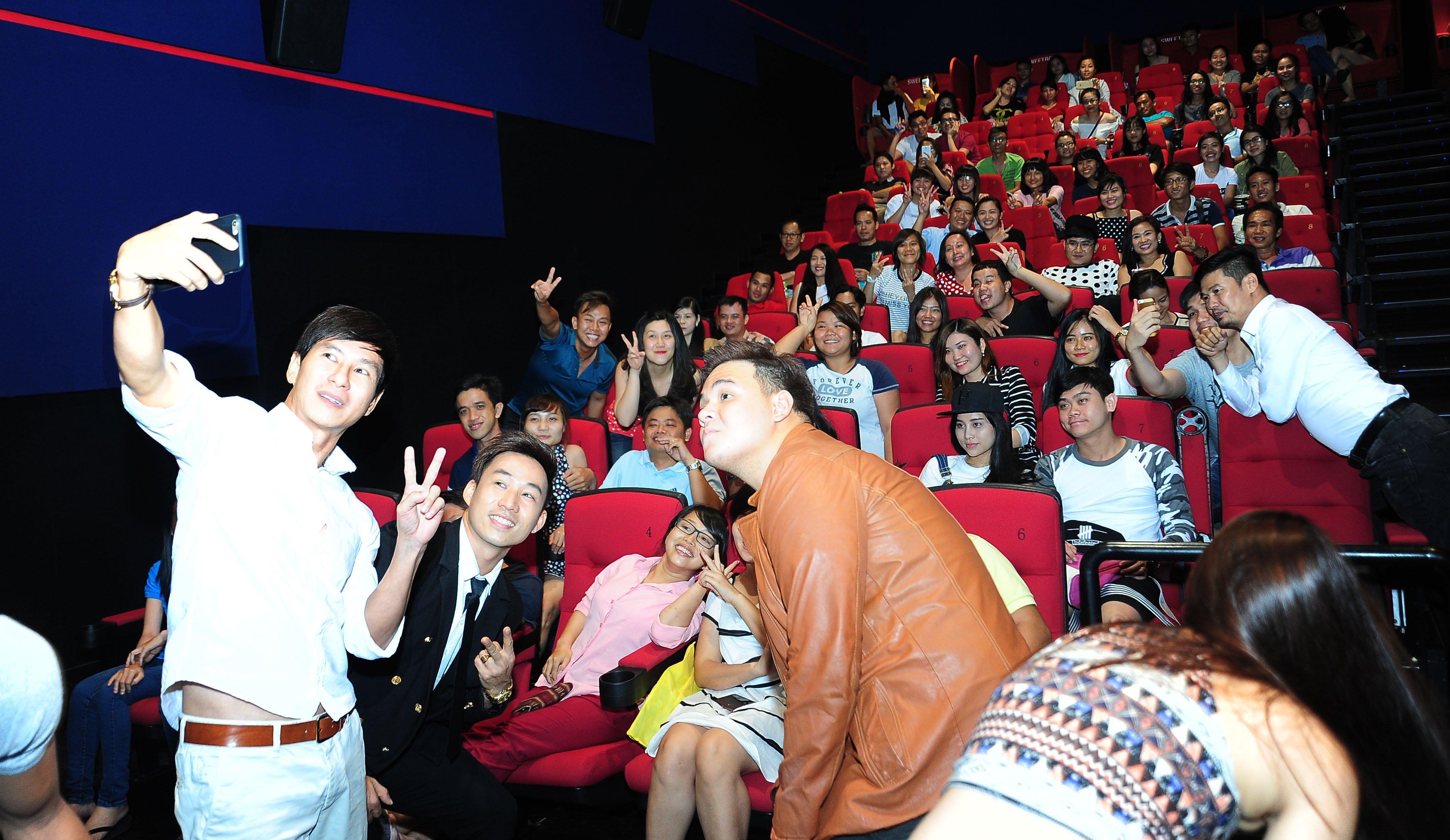 Fan chen chúc đi xem phim Lật Mặt 2 của Lý Hải 4