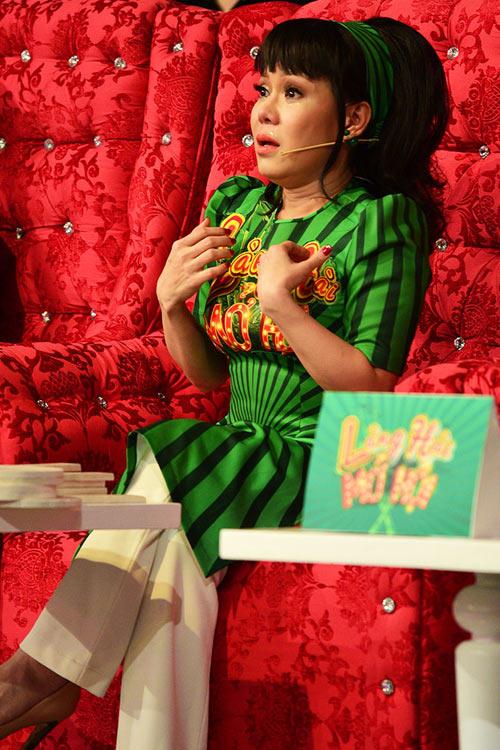 Việt Hương khóc nức nở vì bỏ bê con gái tại Mỹ để chạy show 2
