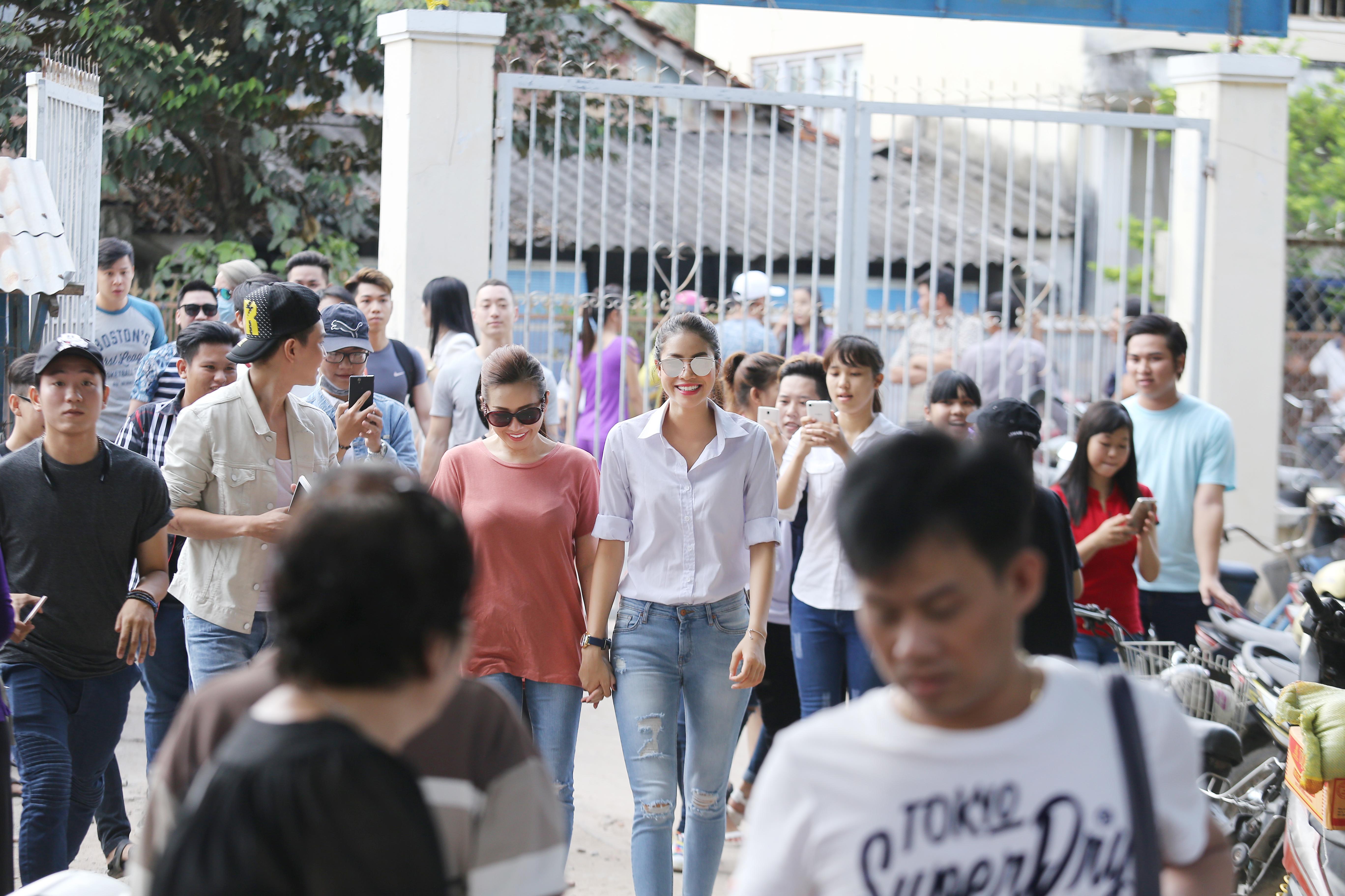 Hoa Hậu Thu Hoài cùng Phạm Hương về tận An Giang làm từ thiện 1