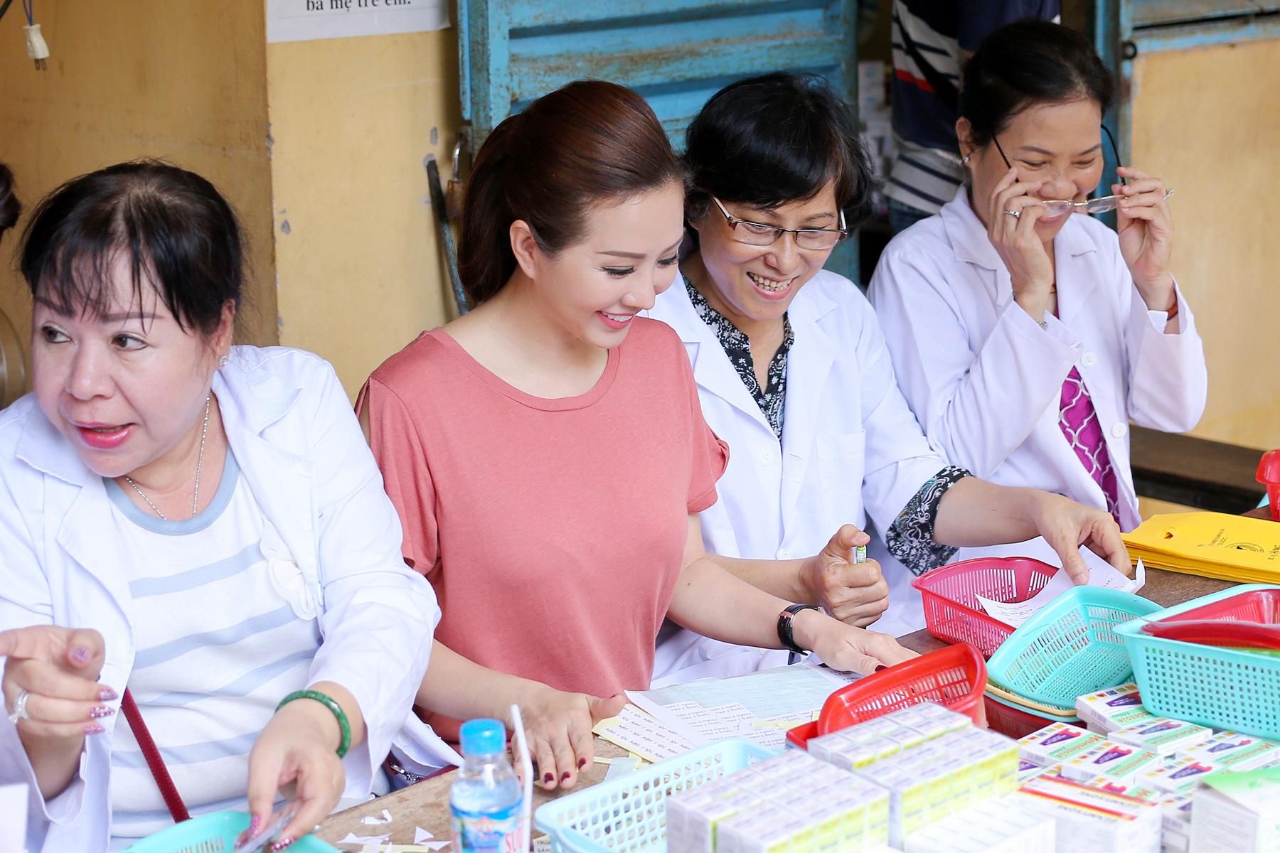 Hoa Hậu Thu Hoài cùng Phạm Hương về tận An Giang làm từ thiện 4