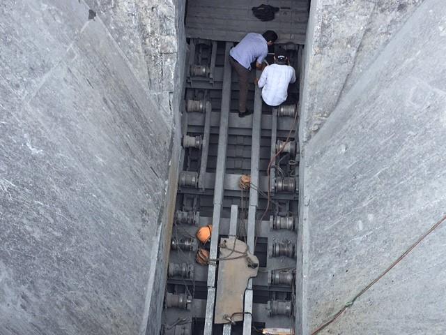 Sửa băng chuyền nghiền đá, một công nhân bị máy cuốn vào gầm tử vong 1