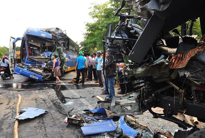 Hiện trường vụ tai nạn giao thông, xe khách đối đầu xe tải ở Quảng Ngãi 2