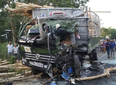 Hiện trường vụ tai nạn giao thông, xe khách đối đầu xe tải ở Quảng Ngãi 1