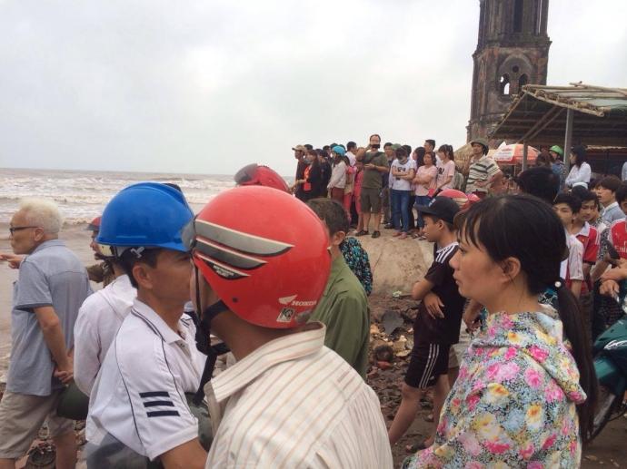 Nam Định: Gặp sóng lớn khi tắm biển, 3 nam sinh mất tích  1