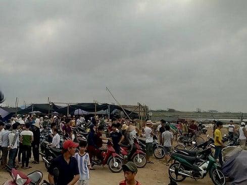 Video: Hiện trường tìm kiếm 3 học sinh bị sóng cuốn trôi ở Nam Định 1