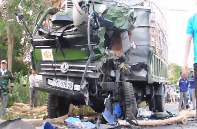Video: Xe khách đấu đầu xe tải, 14 người thương vong 2
