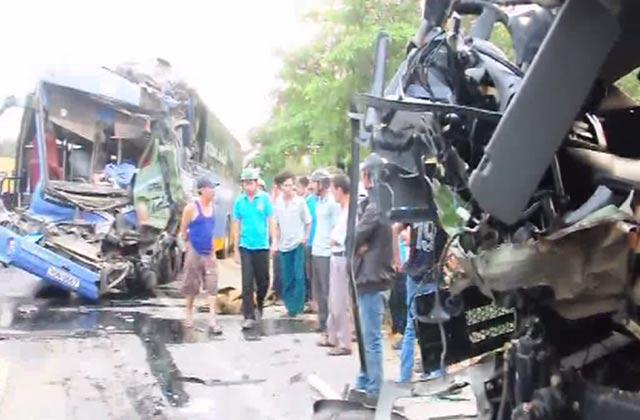 Video: Xe khách đấu đầu xe tải, 14 người thương vong 3