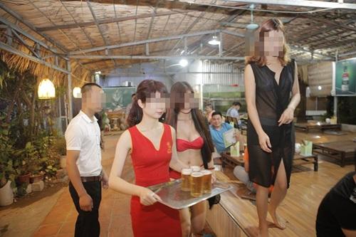 Xét mức phạt nhà hàng Hà Nội cho nhân viên mặc bikini  1