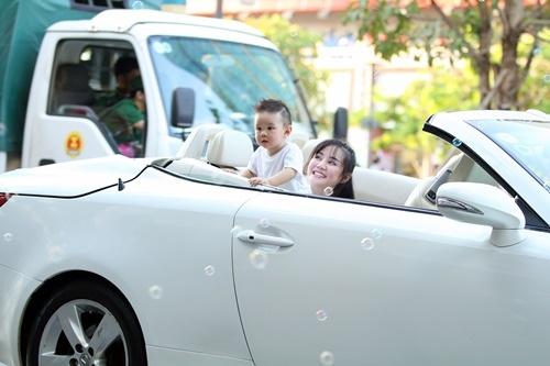 Vy Oanh lái siêu xe tiền tỷ đưa con trai đi dạo phố Sài Gòn 3