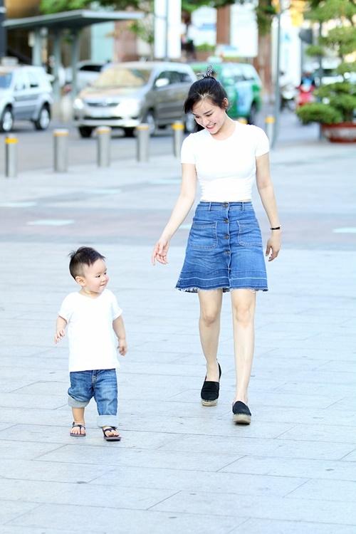 Vy Oanh lái siêu xe tiền tỷ đưa con trai đi dạo phố Sài Gòn 8