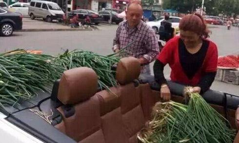 Trung Quốc: chở rau đi bán bằng BMW mui trần 1