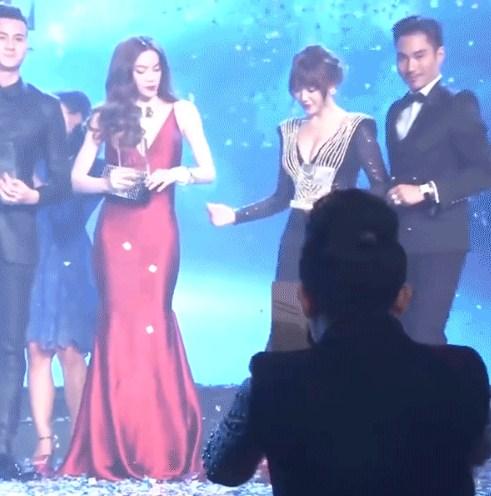 Hồ Ngọc Hà 'tỏ thái độ' chảnh chọe với Hari Won trên sân khấu? 2