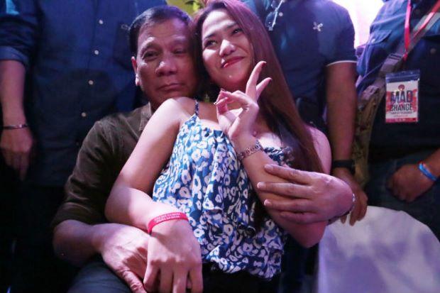 Tổng thống Philippines công khai chia sẻ về việc... nuôi bồ nhí 1