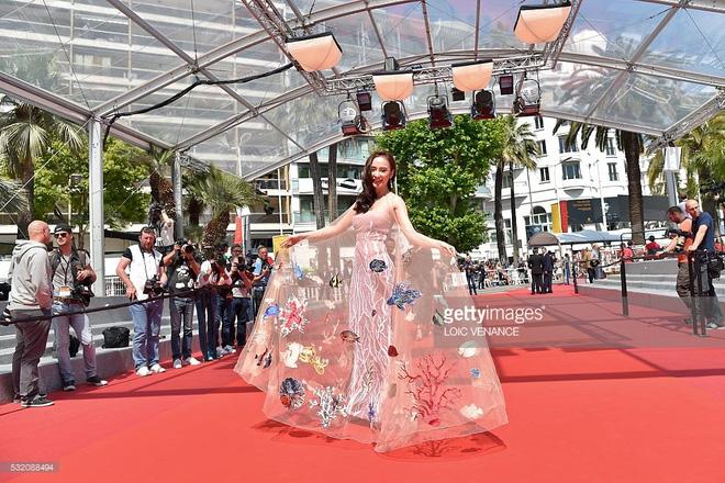 Váy đại dương của Angela Phương Trinh được truyền thông nước ngoài khen ngợi  5