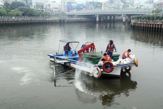 Cận cảnh kênh Nhiêu Lộc đen ngòm, 'sôi ùng ục' khiến gần trăm tấn cá chết 9
