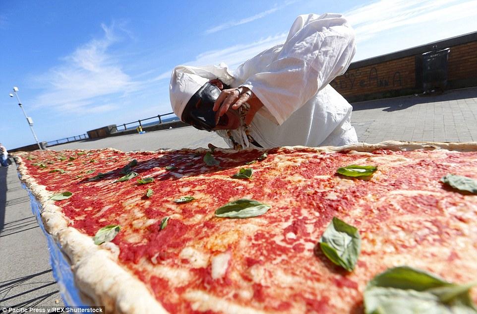 Chiếc bánh pizza có chiều dài kỷ lục gần 2km 2