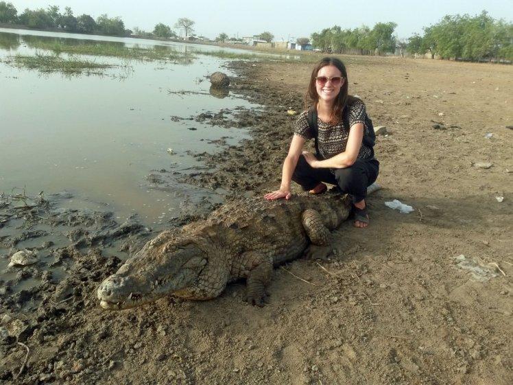 Nữ du khách 'âu yếm' cá sấu chụp ảnh 1
