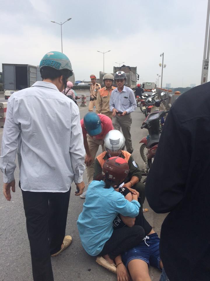 Nam thanh niên nhảy cầu Thanh Trì tự tử, bỏ lại bạn gái trên taxi 1
