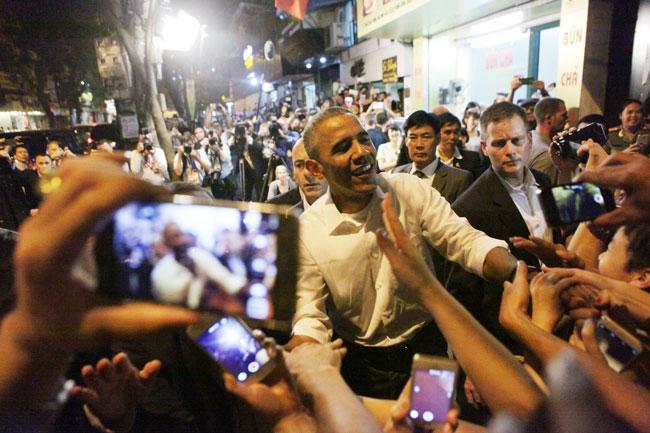 Giải trí - Video: Lần Obama tháo nhẫn cưới khi bắt tay người dân Argentina