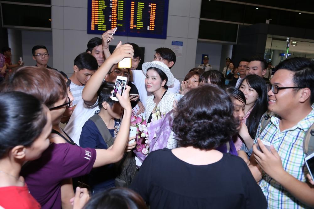 """Lý Nhã Kỳ xúc động giữa """"rừng"""" fan đón tại sân bay sau LHP Cannes 3"""