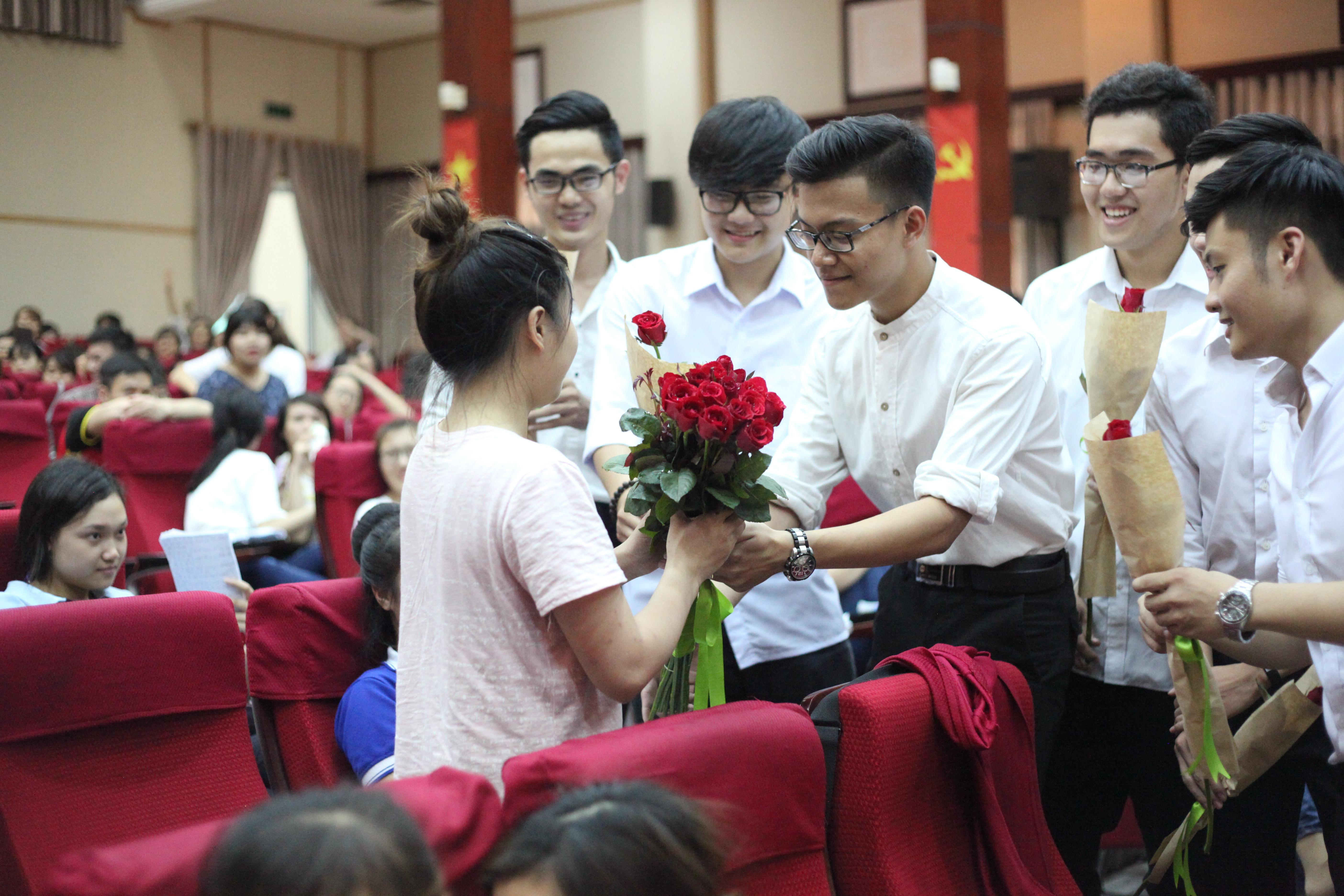 Giáo dục - Nữ sinh báo chí ngỡ ngàng khi được 9 chàng trai tặng hoa giữa giảng đường