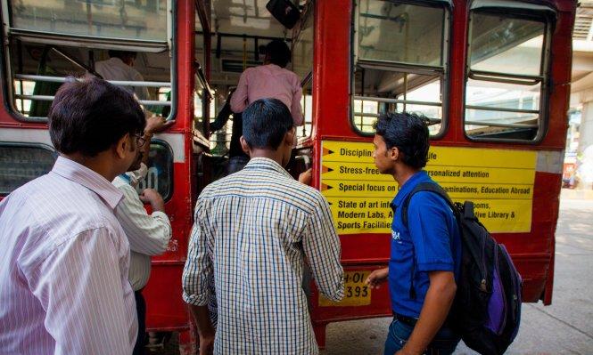 Xe bus Ấn Độ bị buộc lắp nút báo nguy chống cưỡng hiếp 1
