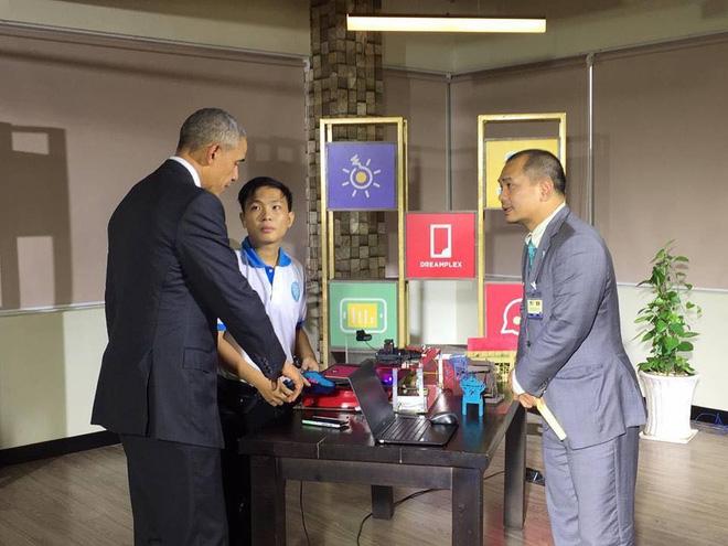 Tổng thống Obama hài lòng với món quà bằng giấy của chàng sinh viên Việt 1