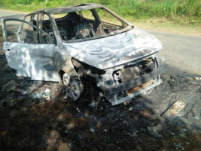 Ô tô chở 5 người đi chụp ảnh cưới bị cháy rụi trên đường 1