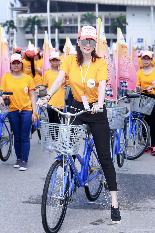 Dương Yến Ngọc đẹp giản dị và trẻ trung tham gia đạp xe từ thiện 2