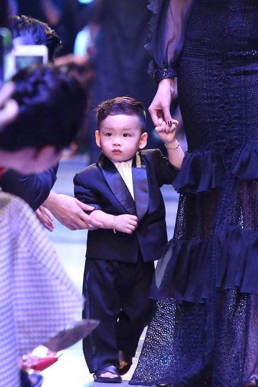 Con trai Hoa hậu Diễm Hương đáng yêu trên sàn catwalk 1