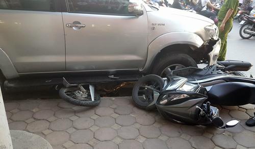 Ôtô nổ lốp đâm liên hoàn 8 xe máy, cuốn một nam thanh niên vào gầm xe 1