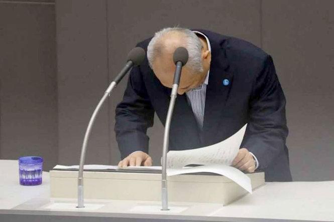 Thị trưởng Tokyo cúi đầu xin lỗi người dân vì tiêu xài xa xỉ 1