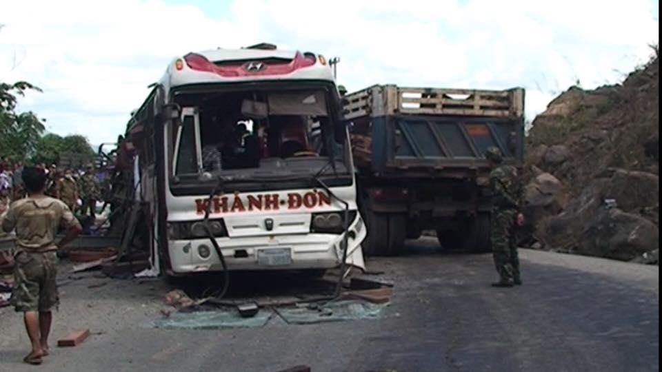 Nguyên nhân vụ tai nạn nổ xe khách ở Lào, 8 người Việt chết thảm 1
