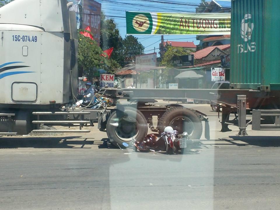 Sang đường bất cẩn, học sinh lao thẳng xe máy vào gầm xe container 1