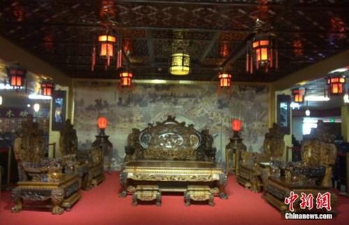 Bộ bàn ghế gỗ cẩm lai vàng gần 700 tỷ, đại gia không dám mua 1