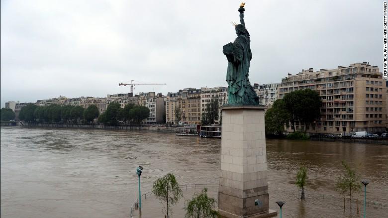 Tháp Eiffel trơ trọi khi Paris chìm trong biển nước do lũ lụt 5