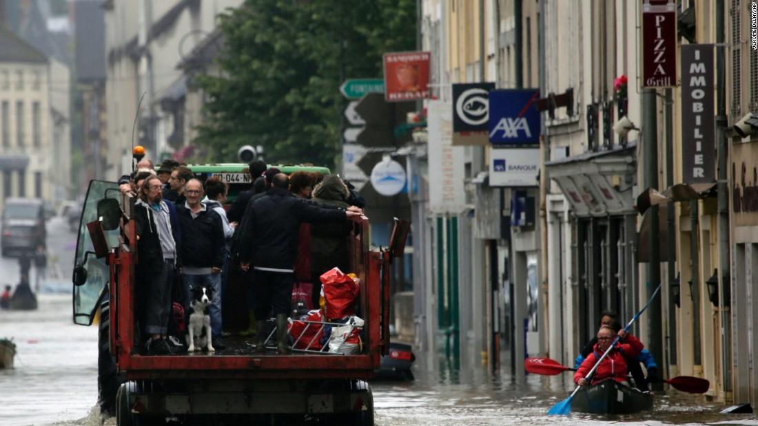 Chùm ảnh: Đại hồng thủy lịch sử tấn công nước Pháp 4