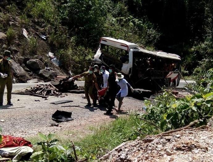 Nổ xe khách, 8 người chết: Công an Lào tạm giữ tài xế 1