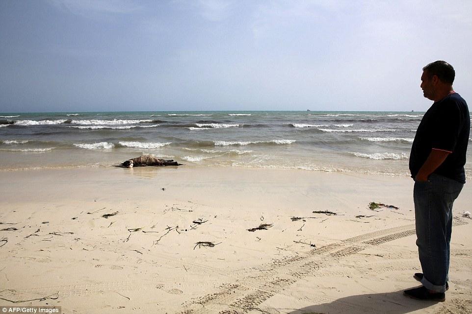 Chùm ảnh: 133 thi thể người di cư nằm rải rác trên bờ biển Libya 3