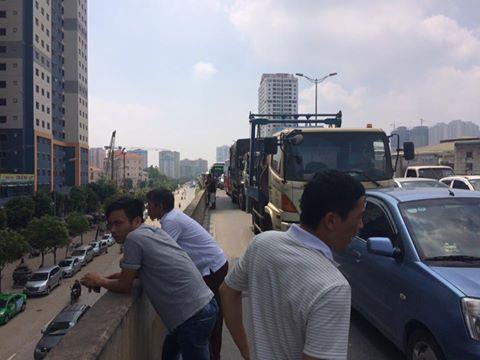 Xe bồn gặp sự cố khiến đường trên cao ùn tắc kinh hoàng 4