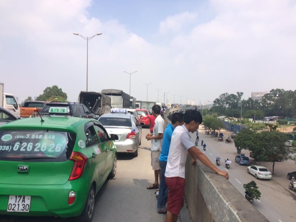 Xe bồn gặp sự cố khiến đường trên cao ùn tắc kinh hoàng 5